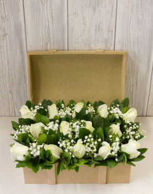 Σεντούκι με λευκά τριαντάφυλλα